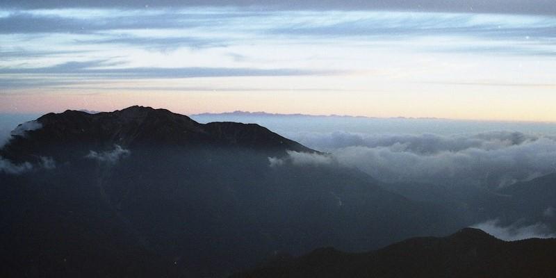 北岳の尾根から仙丈岳を望む